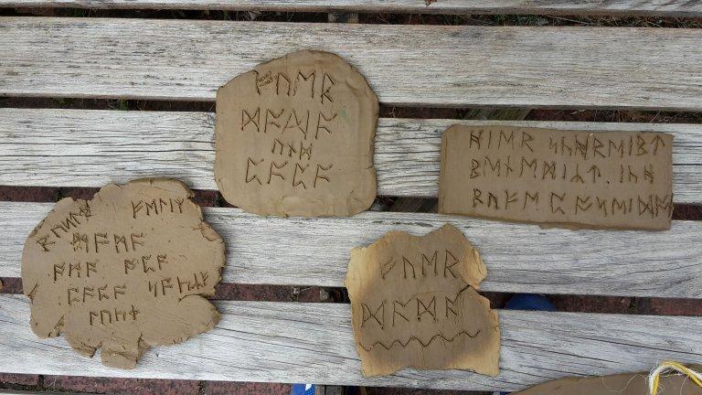 Museum_Schriftzeichen_auf_Tonerde